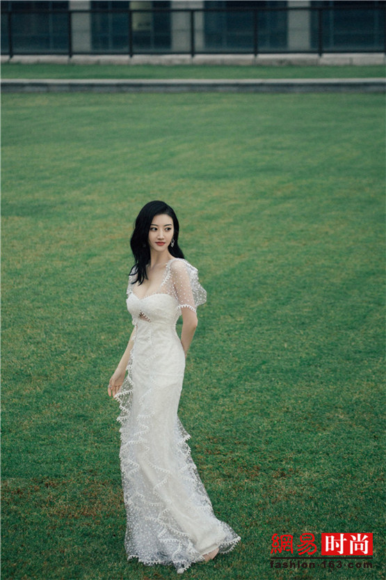 驚艷!景甜一襲白色牛奶紗裙 優雅動人
