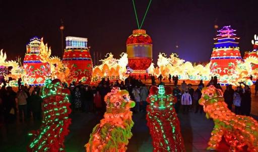 河北唐山:璀璨灯会迎新春 引游客欣赏