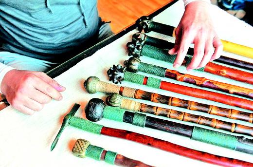山東淄博:男子戀上古兵器 工作室如同兵器博物館