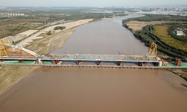 齐鲁黄河大桥420米主跨顶推到位 完工后3分钟就能过黄河