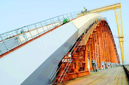 """齐鲁黄河大桥装上第一根""""肋骨"""" 总重量相当于2000余辆私家车"""