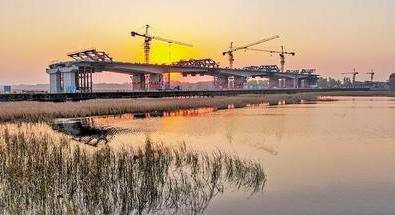 京德高速全线最大跨河连续梁顺利合龙