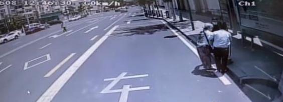 青岛七旬老人路边摔倒难起身 市民驾驶员齐心搀扶获好评