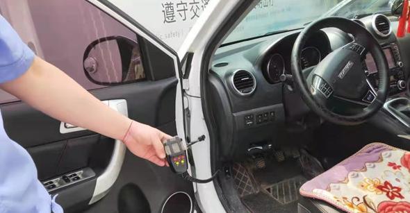 私家车安装警报器道路上飞驰 胶州警方依法查处