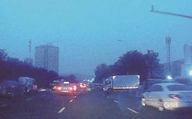 """重庆中路仅剩一条车道 商贩们期待解决""""停车难"""""""